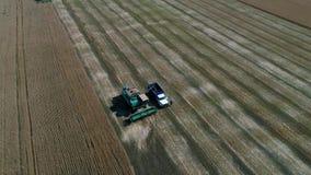 收获与农机的麦田 与寄生虫的航拍 库存图片