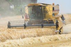 收获与联合收割机的大麦 库存照片