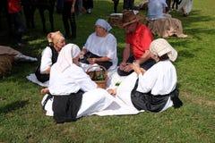 收获传统上开始集合村民,唱歌和跳舞和好食物 库存图片