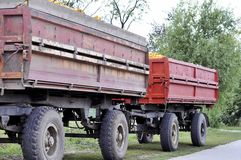 收获在秋天季节的拖拉机的农夫玉米 图库摄影