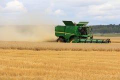 收获大麦的约翰Deere组合s670i 免版税库存照片