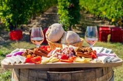 收获季节传统罗马尼亚食物板材用乳酪 免版税库存图片