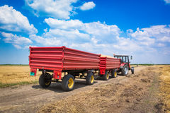 收获对拖车的装料机种子 免版税库存照片
