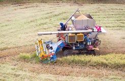 收获拖拉机 免版税库存照片