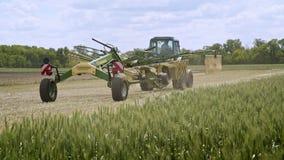收获机器 收获的农机移动农田 股票视频