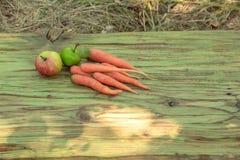 收获束红萝卜和appples 免版税图库摄影