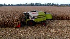 收获玉米Prores的农夫的鸟瞰图 股票录像