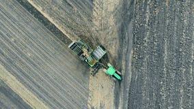 收获耕犁横跨温床反复移动 股票录像