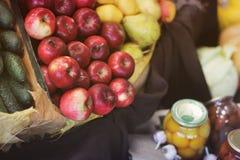 收获苹果,黄瓜和装于罐中 免版税库存照片