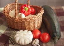 收获菜 在篮子的蔬菜 仍然1寿命 库存照片