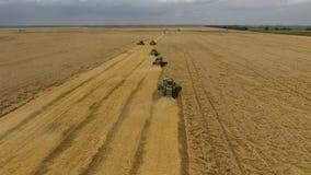 收获麦子收割机 在领域的农业机器收获五谷 免版税图库摄影