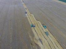 收获麦子收割机 在领域的农业机器收获五谷 免版税库存照片