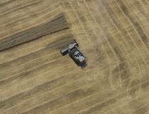 收获麦子收割机 免版税库存图片