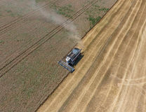 收获麦子收割机 图库摄影