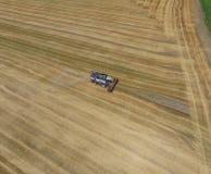 收获麦子收割机 免版税库存照片