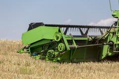收获麦子的联合收割机在晴朗的夏日在希腊 库存图片