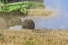 收获麦子的联合收割机在晴朗的夏日在希腊 图库摄影