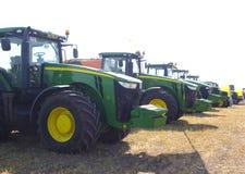 收获麦田工作的收割机机器 收获金黄成熟的组合农业 图库摄影