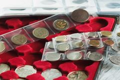 收藏家` s在硬币的与口袋的箱子和页铸造 库存照片