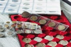 收藏家` s在硬币的与口袋的箱子和页铸造 免版税库存照片
