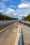 收费公路 俄国高速公路数字M11在夏日 免版税库存照片