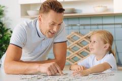 收集与她的父亲的好聪明的女孩难题 库存照片