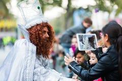 收集信件的魔术家 免版税库存照片