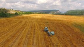 收集在亩茬地的拖拉机打包机秸杆 股票视频