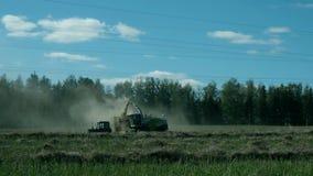 收集在领域的农业拖拉机秸杆 影视素材