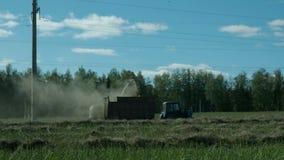 收集在领域的农业拖拉机秸杆 股票录像