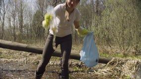 收集垃圾的妇女志愿者在池塘 股票录像