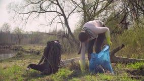 收集垃圾的绿色志愿者在森林里 股票录像