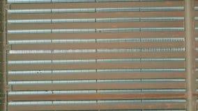 收集太阳能的抛物柱面镜空中自上而下的看法在发电站 影视素材