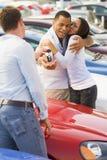 收集夫妇新的销售人员的汽车 免版税库存图片