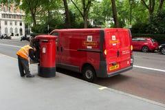 收集岗位的皇家邮件人 免版税库存照片