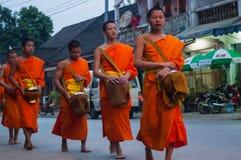 收集施舍,琅勃拉邦,老挝 库存照片