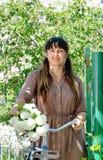 收集春天开花的微笑的妇女 免版税图库摄影