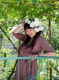 收集春天开花的微笑的妇女 库存图片