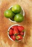 收集柠檬草莓 免版税图库摄影