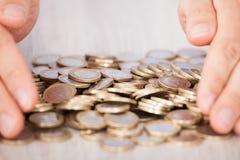 收集欧洲硬币的商人的手 免版税库存照片