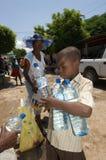 收集水的男孩 免版税库存照片