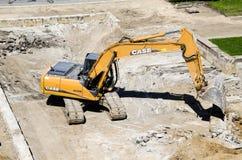 收集爆破挖掘机的大瓦砾站点 库存照片