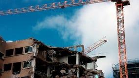 收集爆破挖掘机的大瓦砾站点 免版税库存照片