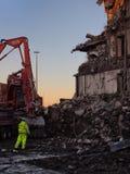 收集爆破挖掘机的大瓦砾站点 免版税库存图片