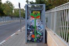 收集的塑料瓶箱子在一个小镇的街道上在他们随后回收的以色列 免版税库存图片