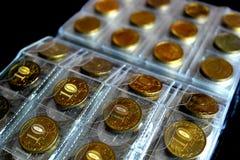 收集的爱好硬币,存放的一个特别册页铸造 免版税库存照片