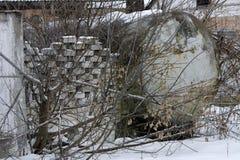收集的牛奶一辆大坦克在石篱芭附近 免版税库存图片