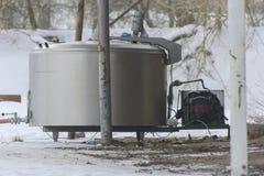 收集的牛奶一辆大老坦克在被放弃的  免版税库存图片