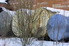 收集的牛奶一辆大老坦克在被放弃的  免版税库存照片