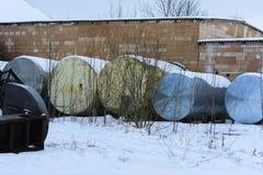 收集的牛奶一辆大老坦克在被放弃的  库存图片